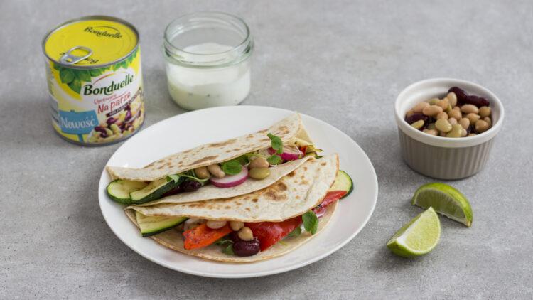 Tacos z grillowanymi warzywami, ciecierzycą, fasolą i kiełkami i sosem na bazie jogurtu greckiego