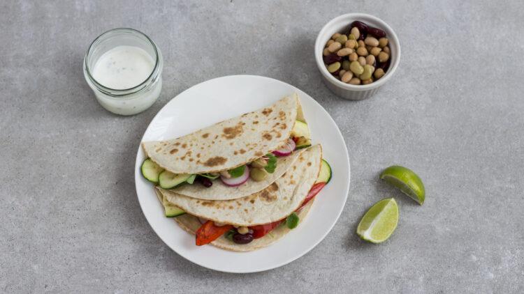 Tacos z grillowanymi warzywami, ciecierzycą, fasolą i kiełkami i sosem na bazie jogurtu greckiego - Krok 4