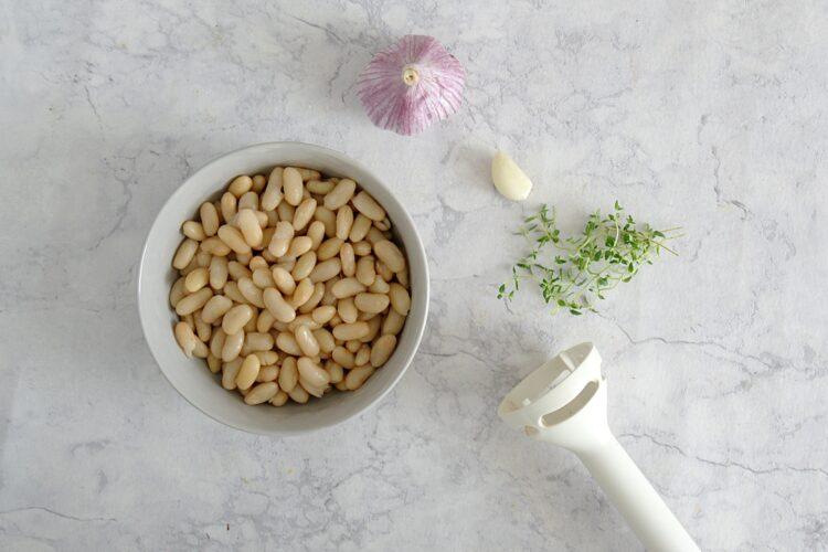 Tartinki z pastą z fasoli i oliwkami - Krok 1