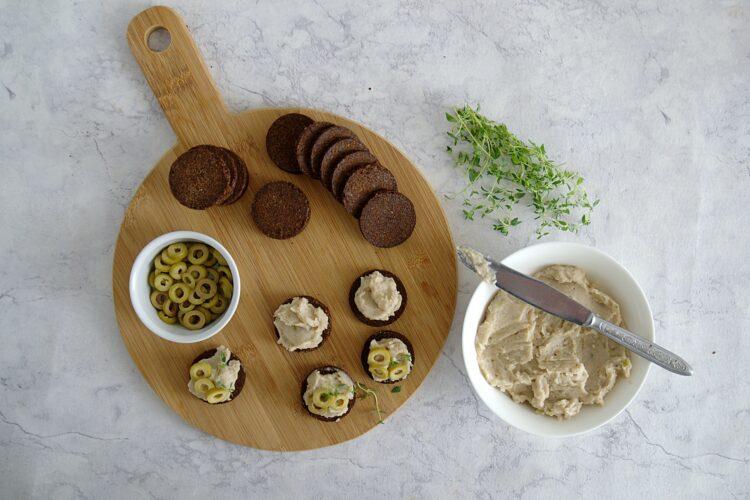 Tartinki z pastą z fasoli i oliwkami - Krok 4