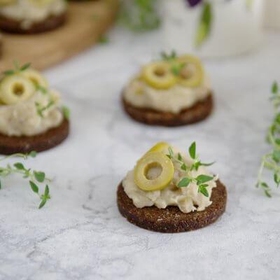 Tartinki z pastą z fasoli i oliwkami
