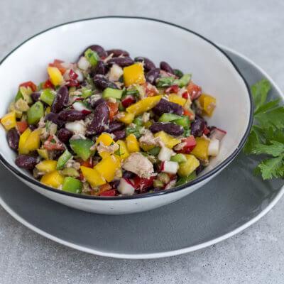 Sałatka z tuńczyka z drobno siekanymi warzywami i czerwoną fasolą
