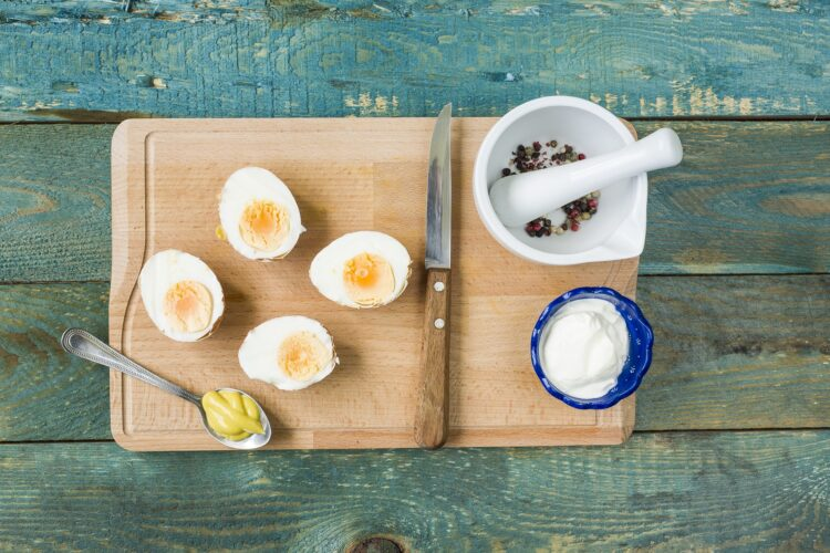 Jajka w skorupkach z groszkiem i pieczarkami - Krok 2