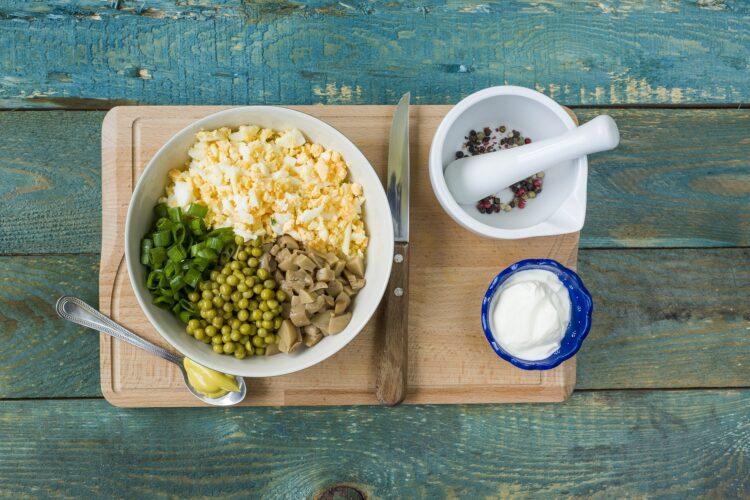 Jajka w skorupkach z groszkiem i pieczarkami - Krok 3