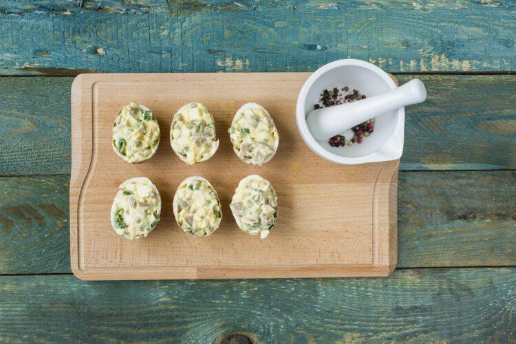 Jajka w skorupkach z groszkiem i pieczarkami - Krok 5