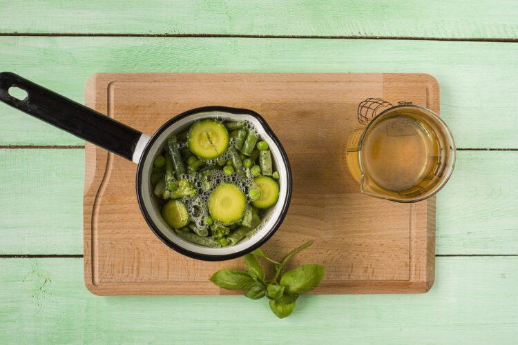 Minestrone z zielonych warzyw z fasolą - Krok 3