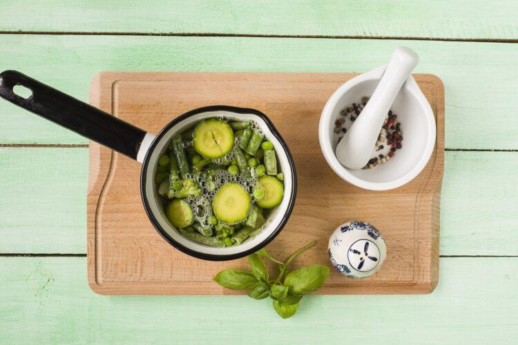 Minestrone z zielonych warzyw z fasolą - Krok 4