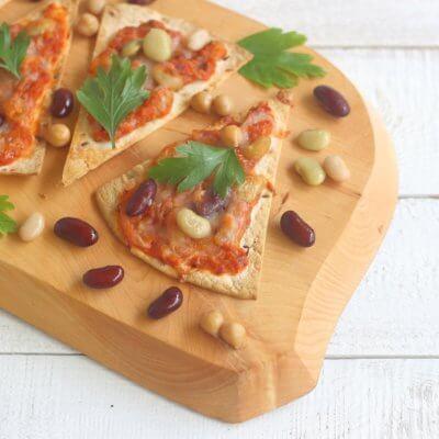 Tostadas z pomidorami, fasolą i cieciorką