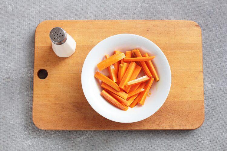 Sałatka z pieczonej marchewki, ciecierzycy i sera feta - Krok 1