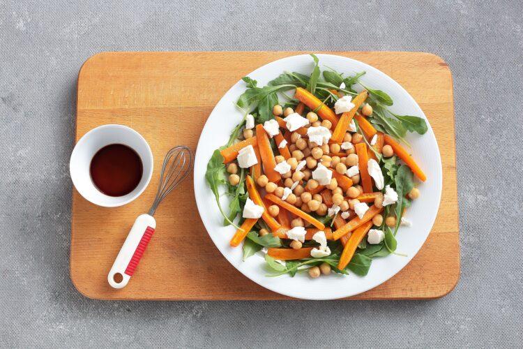 Sałatka z pieczonej marchewki, ciecierzycy i sera feta - Krok 4