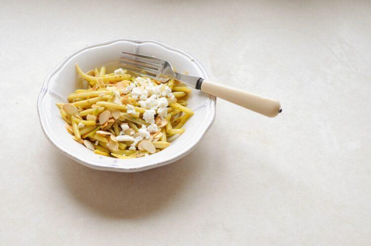 Fasolka szparagowa żółta z migdałami i fetą