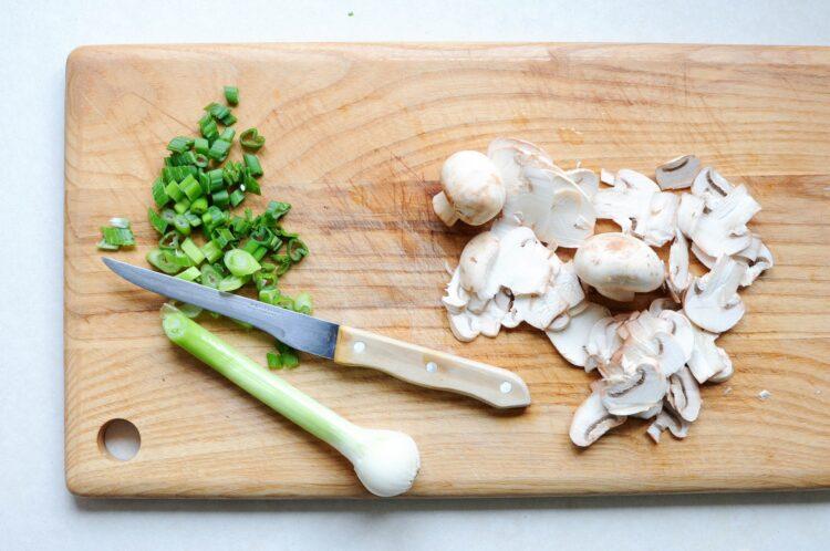 Omlet ze szpinakiem, kozim serem i pieczarkami - Krok 2