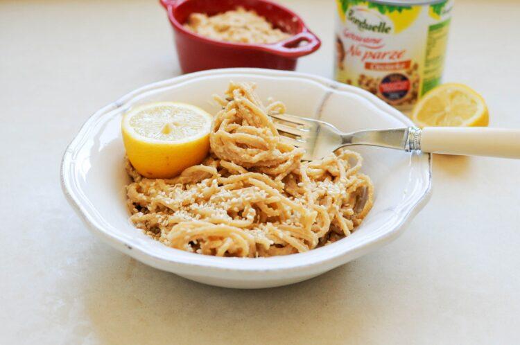 Spaghetti z hummusem i sezamem
