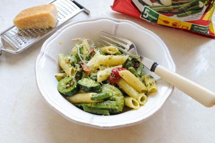 Penne z warzywami i pesto