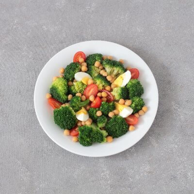 Sałatka brokułowa z ciecierzycą i jajkiem