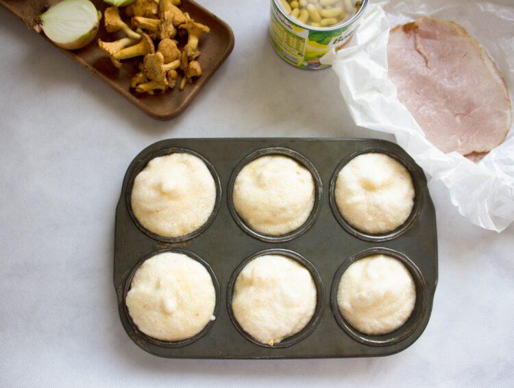 Pieczone omleciki z fasolą flażoletką, szynką i kurkami - Krok 2