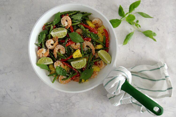 Tajskie krewetki z ananasem i fasolką szparagową - Krok 5