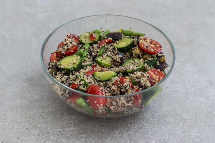 Sałatka na ciepło z komosą ryżową, bakłażanem i warzywami - Krok 5