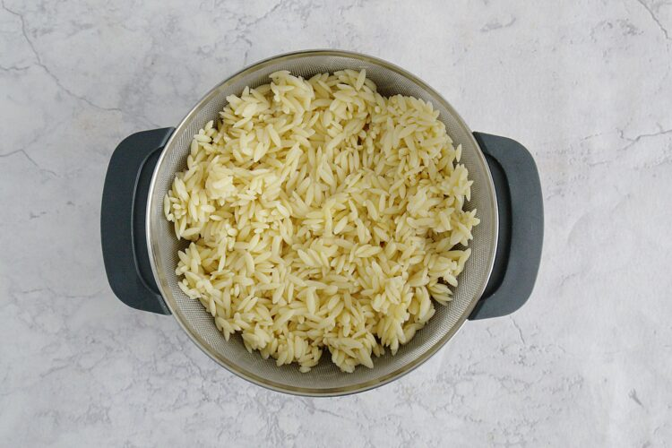 Kolorowa sałatka z drobnego makaronu, kukurydzy, groszku i papryki - Krok 1