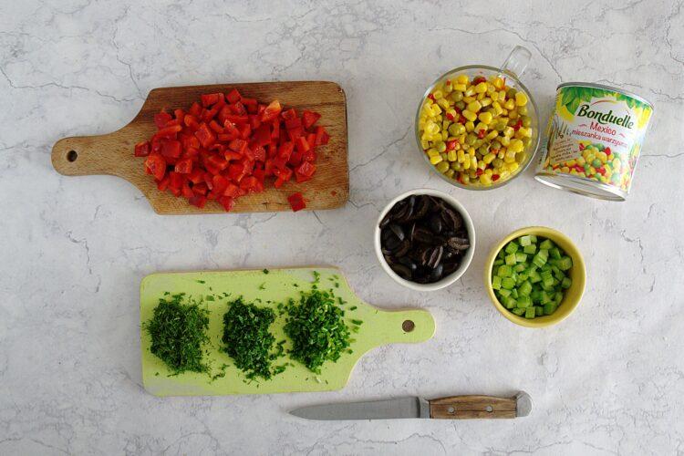 Kolorowa sałatka z drobnego makaronu, kukurydzy, groszku i papryki - Krok 2