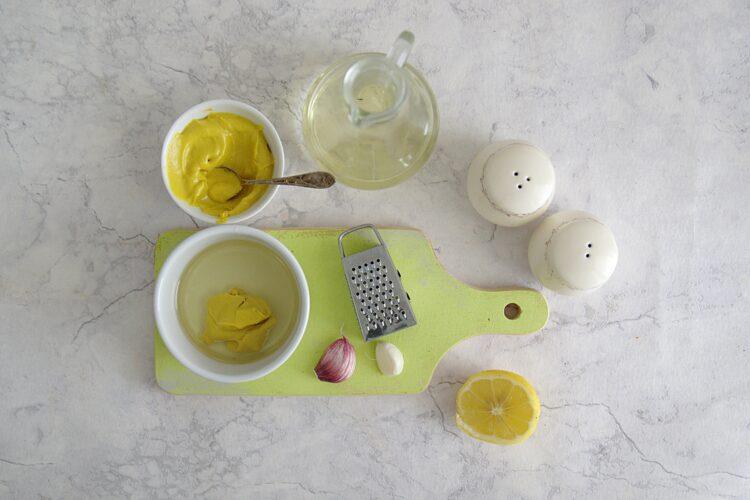 Kolorowa sałatka z drobnego makaronu, kukurydzy, groszku i papryki - Krok 3