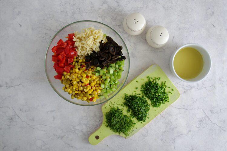 Kolorowa sałatka z drobnego makaronu, kukurydzy, groszku i papryki - Krok 4