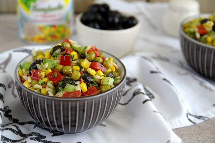 Kolorowa sałatka z drobnego makaronu, kukurydzy, groszku i papryki