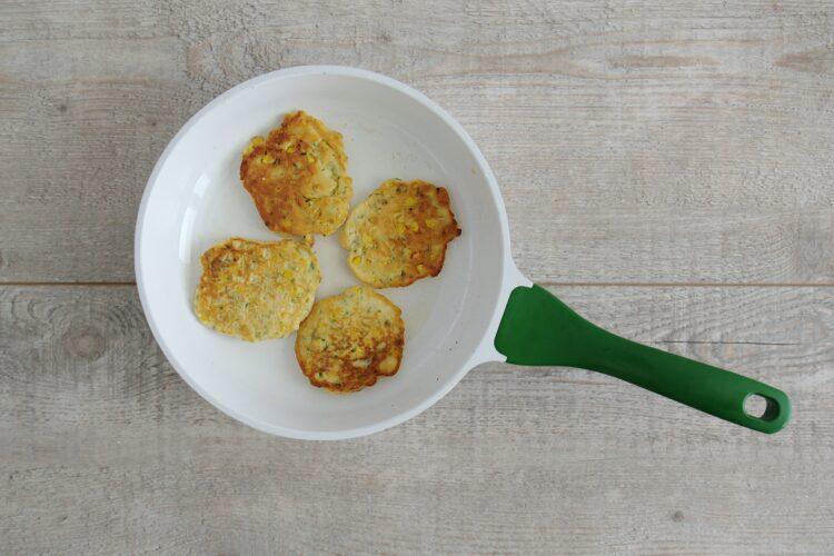 Śniadaniowe placuszki z kukurydzy z jajkiem w koszulce - Krok 3