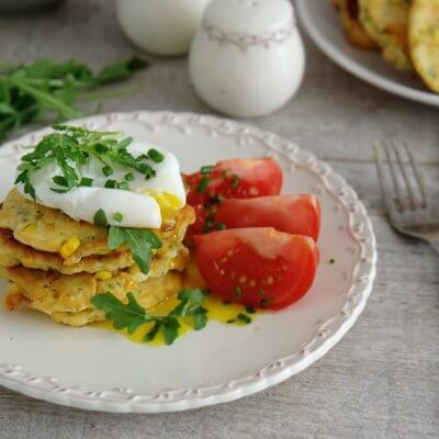 Śniadaniowe placuszki z kukurydzy z jajkiem w koszulce