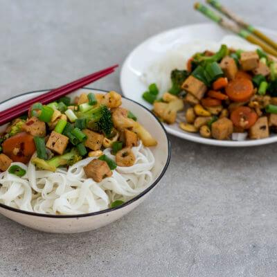 Stir-fry z warzywami, tofu i orzechami nerkowca