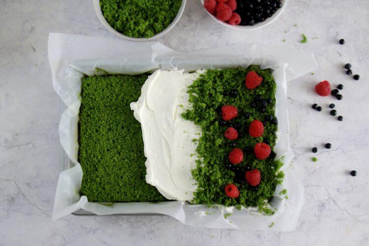 Ciasto szpinakowe z kremem i owocami leśnymi - Krok 8
