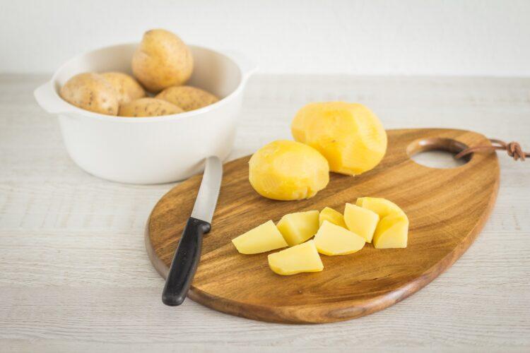 Sałatka ziemniaczana z brokułem i groszkiem - Krok 1