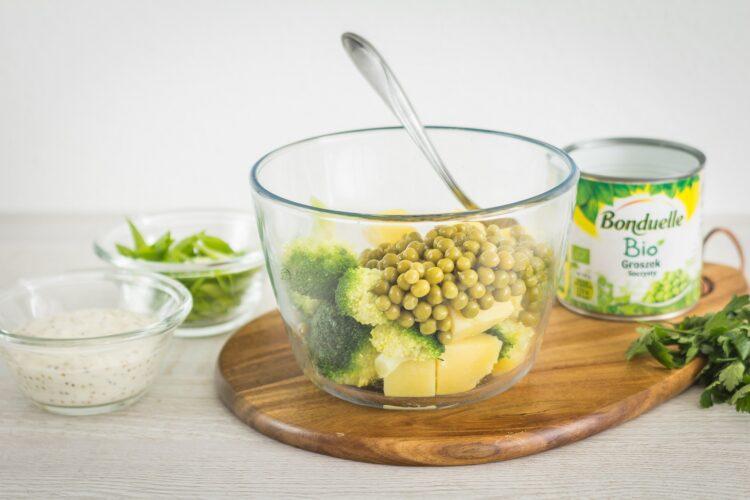 Sałatka ziemniaczana z brokułem i groszkiem - Krok 4