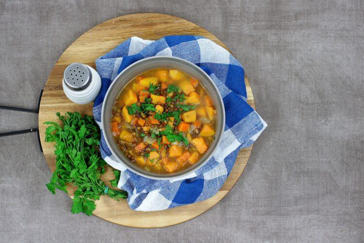 Marokańska zupa z batatami i soczewicą