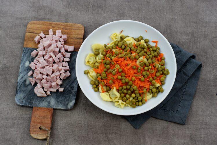 Sałatka z tortellini i groszkiem - Krok 3