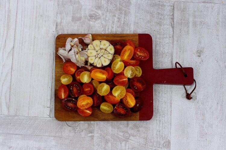 Łosoś na soczewicy z pieczonym czosnkiem i pomidorami - Krok 1