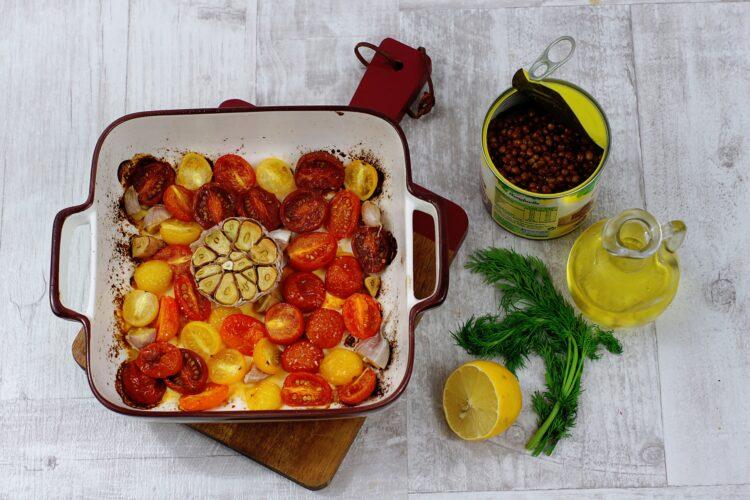 Łosoś na soczewicy z pieczonym czosnkiem i pomidorami - Krok 3