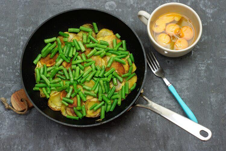 Tortilla z ziemniakami i zieloną fasolką - Krok 3