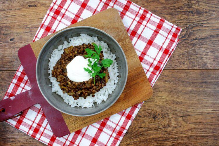Ryż z soczewicą i karmelizowaną cebulką