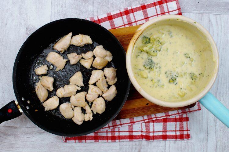 Kurczak w sosie serowym z brokułami - Krok 3