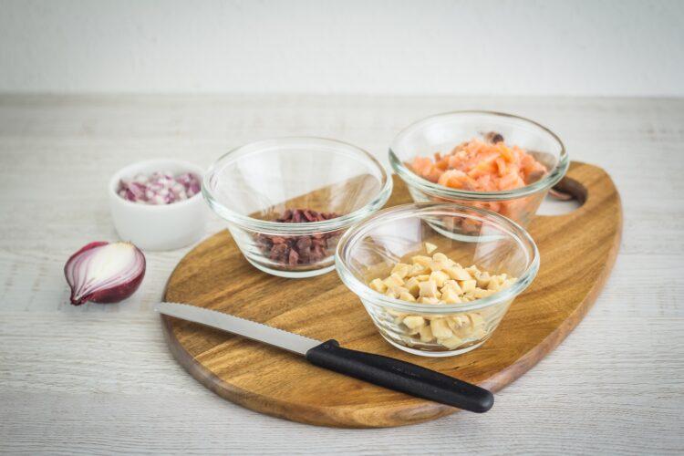 Warstwowa sałatka z wędzonego łososia i marynowanych pieczarek z awokado - Krok 1