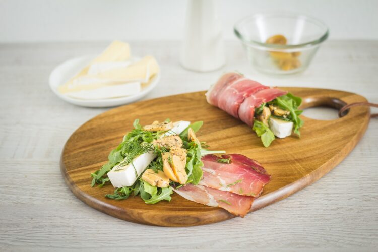 Roladki z szynki parmeńskiej z rukolą, marynowanymi pieczarkami i serem brie - Krok 2