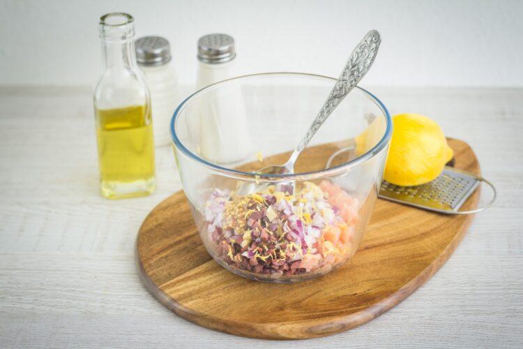 Warstwowa sałatka z wędzonego łososia i marynowanych pieczarek z awokado - Krok 2