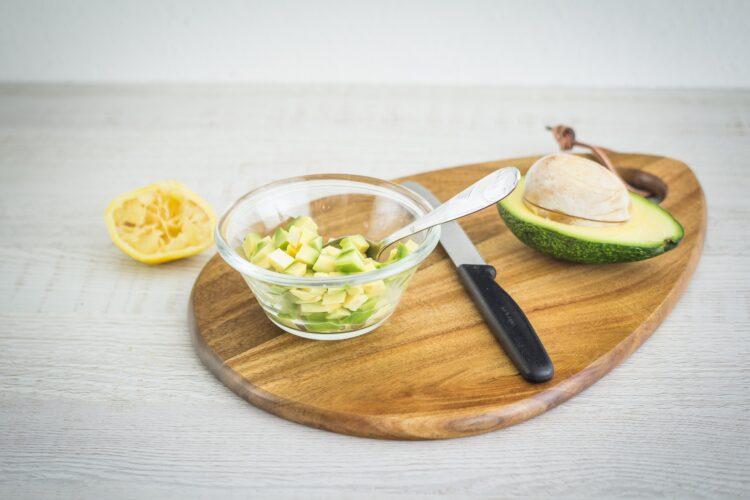 Warstwowa sałatka z wędzonego łososia i marynowanych pieczarek z awokado - Krok 3