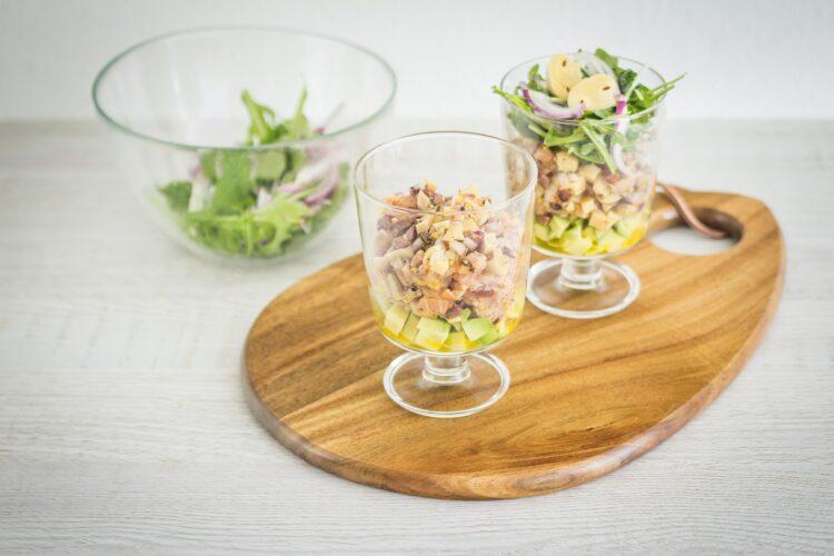Warstwowa sałatka z wędzonego łososia i marynowanych pieczarek z awokado - Krok 5