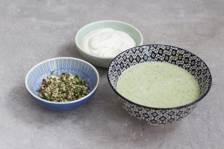 Zupa krem z zielonych warzyw z bitą śmietaną i kruszonką z orzechów laskowych i ziół - Krok 5