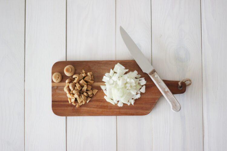 Paszteciki z cebulą i pieczarkami - Krok 1