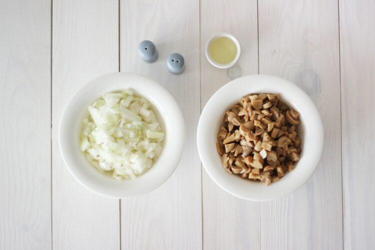 Paszteciki z cebulą i pieczarkami - Krok 2