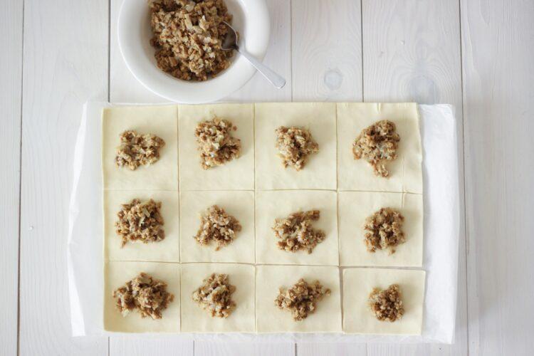 Paszteciki z cebulą i pieczarkami - Krok 3