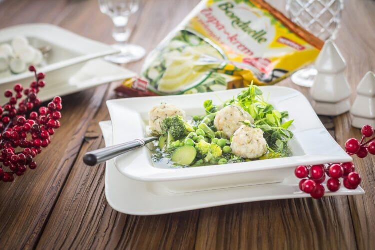 Zupa z zielonych warzyw z pulpecikami rybnymi